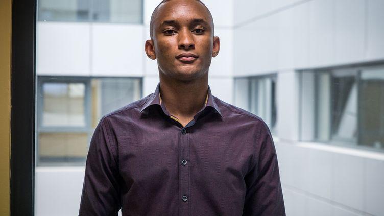 Amadou Diallo, étudiant guinéen de 20 ans, pose lors d'une cérémonie marquant l'octroi du statut d'asile, le 21 juillet 2020 à Athènes. (ANGELOS CHRISTOFILOPOULOS / AFP)