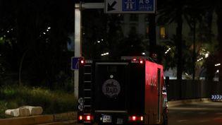 Un véhicule du Raid se tient près du lieu de l'attaque ayant fait au moins soixante morts à Nice (Alpes-Maritimes), le 14 juillet 2016 (VALERY HACHE / AFP)