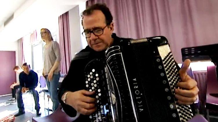 Richard Galliano donne une leçon de tango aux musiciens amateurs de la MJC Palente à Besançon  (Capture d'écran France 3/Culturebox)