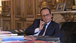 """François Hollande filmé dans le cadre du documentaire d'Yves Jeuland, """"A l'Elysée, un temps de président"""", diffusé sur France 3 le 28 septembre. (YVES JEULAND / FRANCE 3)"""