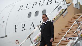 François Hollande à son arrivée à l'aéroport de Tokoname au Japon, le 25 mai 2016. (ANADOLU AGENCY / AFP)