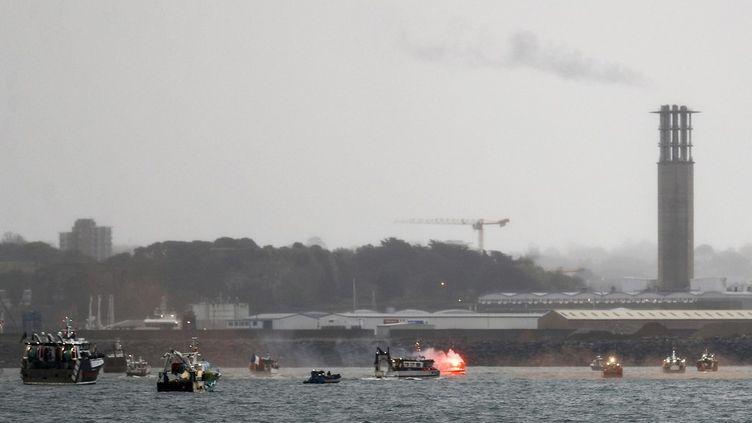Des bateaux de pêche français devant le port de Saint-Helier, sur l'île de Jersey, le 6 mai 2021. (SAMEER AL-DOUMY / AFP)