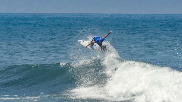 Le surf fait partie des nouvelles disciplines aux Jeux olympiques. Ici, Français Joan Duru lors desMondiaux de surf de San Salvador, en juin 2021.  (CAMILO FREEDMAN / MAXPPP)