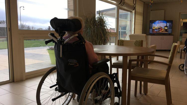 Une pensionnaire d'une maison de retraite en Lorraine (photo d'illustration). (CÉCILE SOULÉ / RADIOFRANCE)