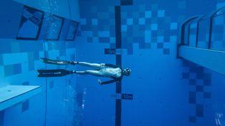 Un plongeur dans la piscine la plus profonde du monde, en Pologne. (WOJTEK RADWANSKI / AFP)