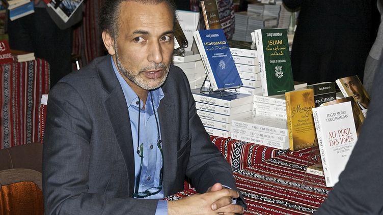 L'islamologue suisse Tariq Ramadan dans une libraire à Genève, le 4 mai 2014, pour la présentation de son livre Au péril des idées. (RÉMY GENOUD / CROWDSPARK / AFP)