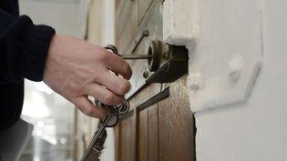 Serrure d'une porte de cellule à la prison des Baumettes à Marseille. (ANNE-CHRISTINE POUJOULAT / AFP)