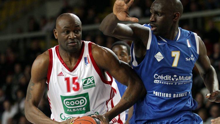 Pape Badiane (à droite) en 2011, sous le maillot du Poitiers Basket 86. (JEAN-MARC LOOS / MAXPPP TEAMSHOOT)