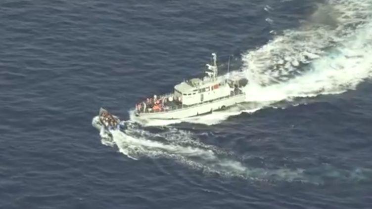 Sur la vidéo prise par l'ONG Sea-Watch jeudi 1er juillet 2021, on voit un bateau des garde-côtes libyens tirer près d'une embarcation de migrants, puis s'en approcher dangereusement, évitant de peu la collision. (SEA-WATCH)