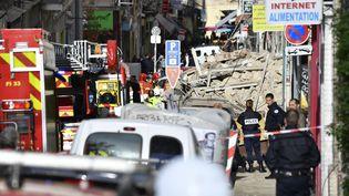 Pompiers et policiers établissent un périmètre de sécurité autour des immeubles qui se sont effondrés à Marseille lundi 5 novembre. (GERARD JULIEN / AFP)