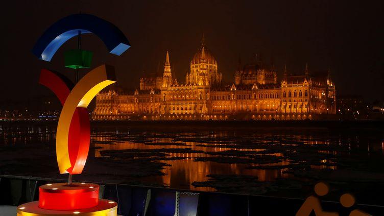 Le logo de la candidature de Budapest aux Jeux olympiques de 2024 devant le Parlement hongrois, à Budapest, le 31 janvier 2017. (LASZLO BALOGH / REUTERS)