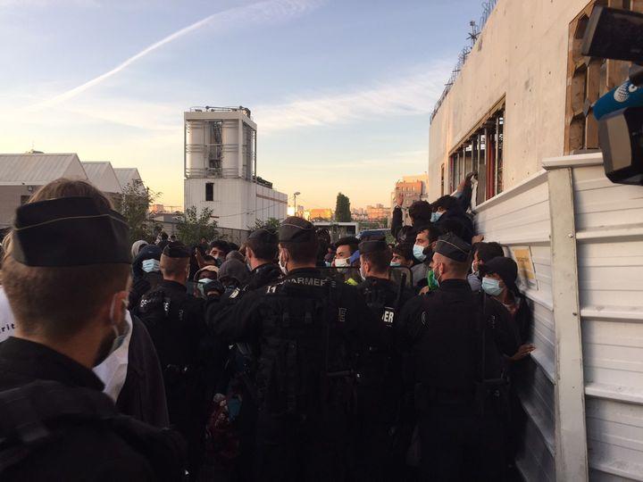 1 500 personnes ont dû quitter leurs habitations de fortune, encadrées par près de 450 policiers et militaires, Aubervilliers, Seine-Saint-Denis, le mercredi 29 juillet. (SOLENE CRESSANT / FRANCEINFO)