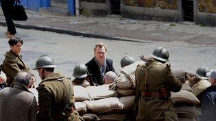"""Christophe Nolan parmi ses acteurs avant le tournage d'une scène de """"Dunkerque"""", dans les rues de la ville, le 25 mai 2016. (SARAH ALCALAY / SIPA)"""