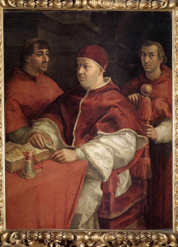 Portrait du pape Leon Xavec le cardinal Louis de Rossi et Giulio de Medici. Peinture de Raffaello Sanzio dit Raphael (1483-1520), 1518 Huile sur bois. Dim : 155,5 x 119,5 cm Musee des Offices, Florence (Italie). (LUISA RUCCIARINI / LEEMAGE / AFP)