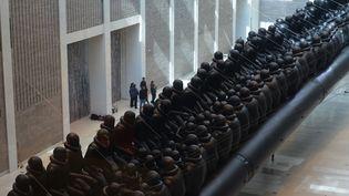 """""""Law of the Journey"""" (Loi du voyage), une installation d'Ai Weiwei pour les réfugiés, en forme de canot pneumatique géant, exposée à Prague (16 mars 2017)  (Michal Cizek / AFP )"""