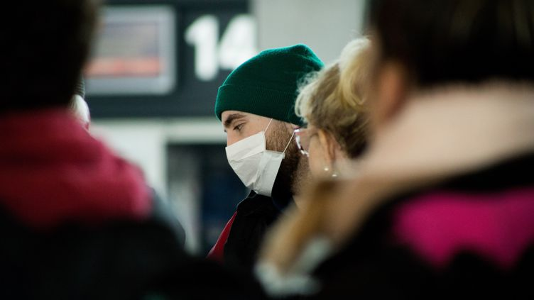 Un voyageur porte un masque pour se protéger du coronavirus, le 1er mars 2020 à l'aéroport de Montpellier (Hérault). (ISELYNE PEREZ-KOVACS / HANS LUCAS)