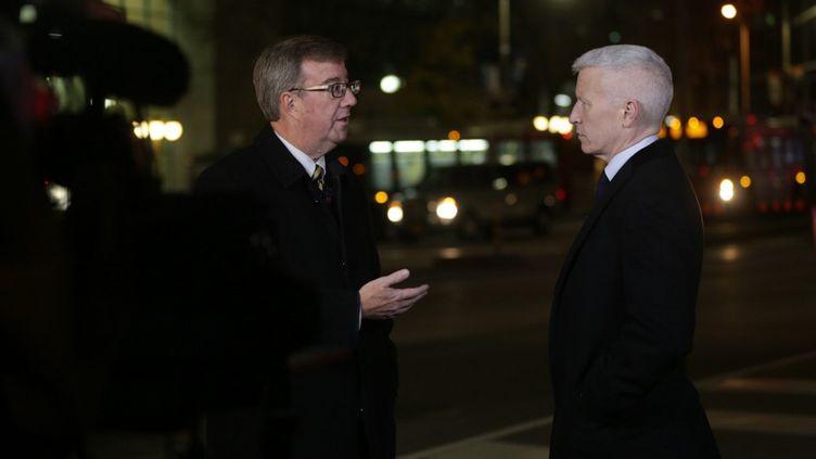 Jim Watson (à gauche) lors d'une interview avec Anderson Cooper pour CNN, le 22 octobre 2014 (MIKE CARROCCETTO / GETTY IMAGES NORTH AMERICA)