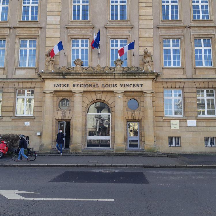 La façade du lycée Louis-Vincent, à Metz (Moselle), le 16 février 2021. (RAPHAEL GODET / FRANCEINFO)