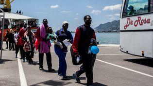 Des migrants arrivent au port de Salerne (Italie), vendredi 26 mai 2017, après avoir été secourus par l'ONG SOS Mediterranee. (PAOLO MANZO / NURPHOTO)