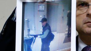 (Le directeur de la PJ parisienne, Christian Flaesch, présente une photo du suspect, lors d'une conférence de presse, le 18 novembre 2013 © REUTERS/Gonzalo Fuentes)