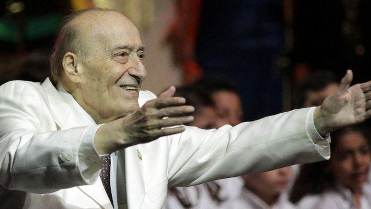Le maître de la chanson libanaiseWadih el-Safi devant son public en 2010 à Damas  (LOUAI BESHARA / AFP)
