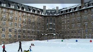 Retour sur les grandes années de l'hôtel de Superbagnères (Haute-Garonne), qui a aujourd'hui perdu de sa splendeur. (France 3)
