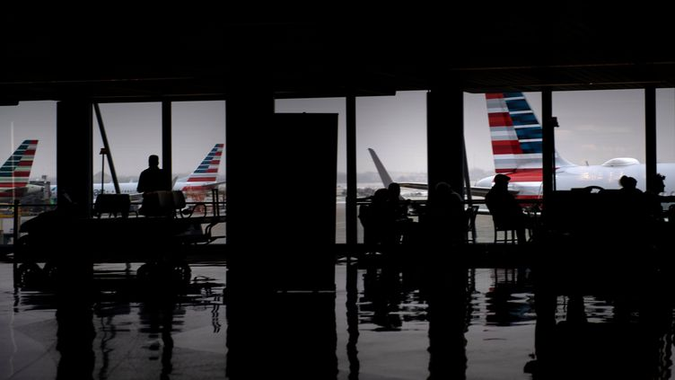 Donald Trump suspend tous les voyages depuis l'Europe vers les USA pour un mois pour endiguer l'épidémie de coronavirus (photo d'illustration, aéroport de Washington DC, le 28 janvier 2020). (BRENDAN SMIALOWSKI / AFP)