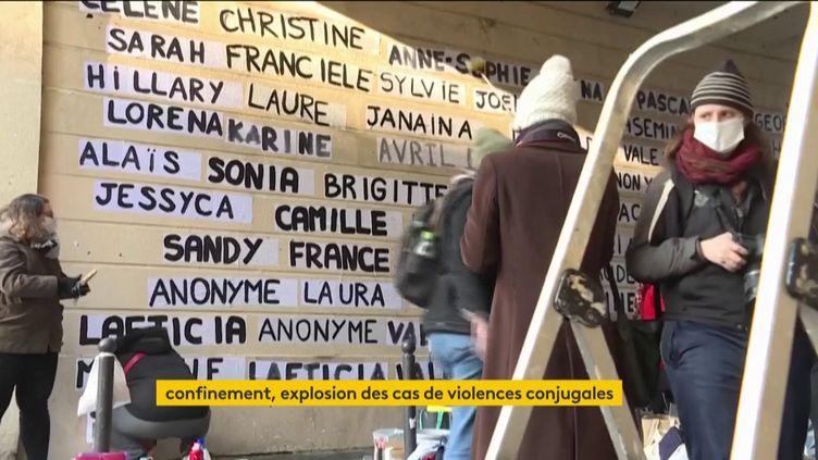 Un mur sur lequel sont inscrites les victimes des féminicides en France en 2020 (FRANCEINFO)