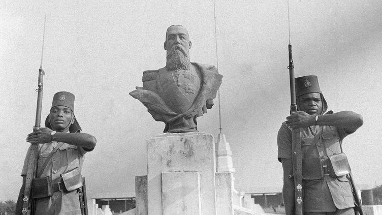 Des soldats congolais montent la garde devant le buste du roi Léopold II à l'entrée du Camp Léopoldville (aujourd'hui Kinshasa), le 3 septembre 1942. (WESTON HAYNES/AP/SIPA / AP)