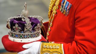 La couronne royale de la reine d'Angleterre au Parlement britannique, le 9 mai 2012. (DOMINIC LIPINSKI / AFP)