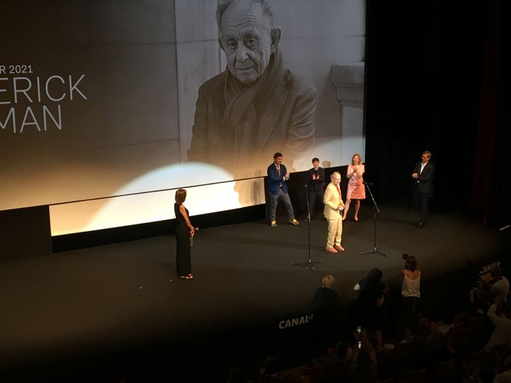 Le réalisateur Frederick Wiseman reçoit le Carrosse d'or de la Quinzaine des Réalisateursau cours de la soirée d'ouverture à Cannes le 8 juillet 2021. (LCA / FRANCEINFO CULTURE)
