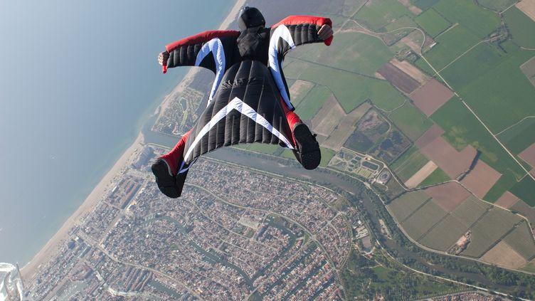 Un pratiquant du wingsuit au-dessus d'Empuriabrava, en Espagne. (OLIVER FURRER / IMAGE SOURCE / AFP)
