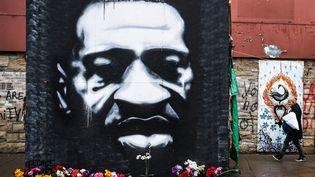 Un portrait de George Floyd sur un mur deMinneapolis (Minnesota), le 10 mars 2021, aux Etats-Unis.  (CHANDAN KHANNA / AFP)