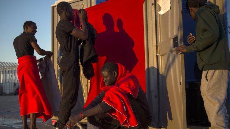 Migrants africains dans le port espagnol d'Algésiras le 30 juillet 2018 (JORGE GUERRERO / AFP)