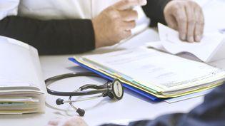 Un homme face à son médecin, dans son cabinet. (MAXPPP)