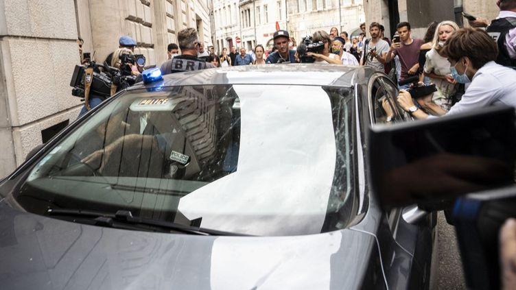 Extradé du Chili, Nicolas Zepeda arrive au tribunal de Besançon (Doubs) escorté par la police, le 24 juillet 2020. (SEBASTIEN BOZON / AFP)