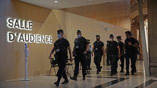 Des membres des forces de l'ordre au palais de justice de Paris, le 8 septembre 2021, lors de l'ouverture du procèsdu palais de justice de Paris. (IAN LANGSDON / EPA / AFP)