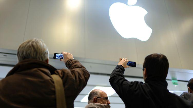 Des clients lors de l'ouverture d'un Apple store àSaint-Herblain (Loire-Atlantique), le 15 novembre 2012. (JEAN-SEBASTIEN EVRARD / AFP)