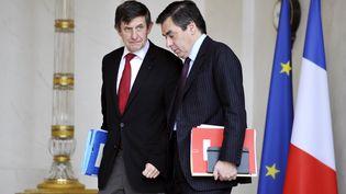 Jean-Pierre Jouyet, actuel secrétaire général de l'Elysée et ancien ministre de Nicolas Sarkozy, et François Fillon, alors Premier ministre, le 12 novembre 2008 à Paris. (GERARD CERLES / AFP)