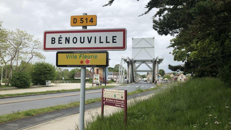 Entrée de ville Bénouville avec derrière le pont Pégasus. (JEAN-BAPTISTE MARIE / FRANCE-BLEU BASSE-NORMANDIE)