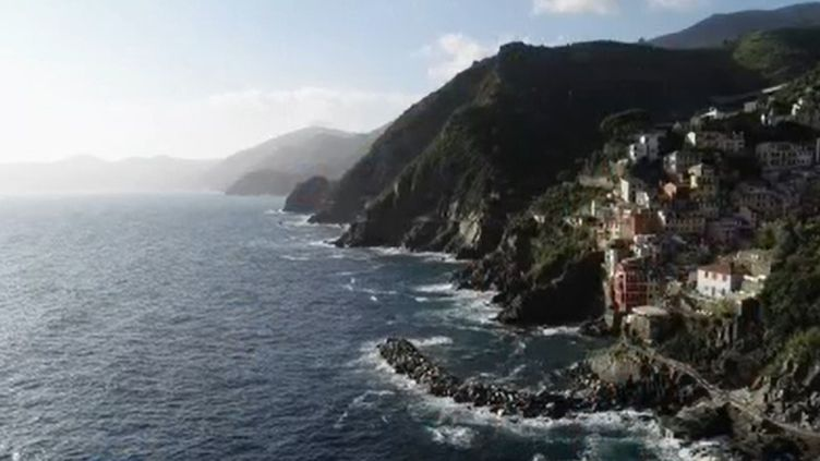 France 2 vous propose de partir à la découverte de l'Italie et ces Cinque Terre. Cinq villages de pêcheurs très colorés perchés à flanc de falaise et longtemps coupés du monde. (FRANCE 2)