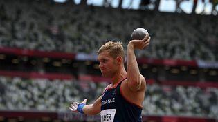Kevin Mayer lors du lancer du poids, à l'occasion des Jeux de Tokyo, mercredi 4 août. (BEN STANSALL / AFP)