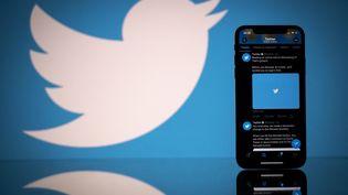 Le réseau social Twitter sur un smartphone, le 25 février 2021. (LIONEL BONAVENTURE / AFP)