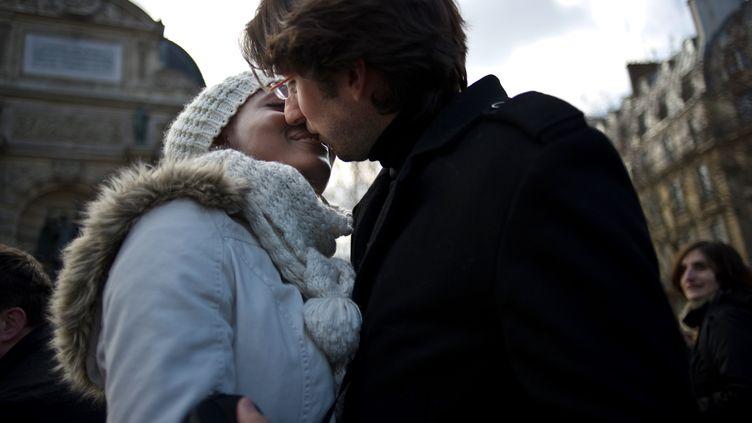 """Des couples s'embrassent, lors d'un """"kiss-in"""" pour lutter contre les préjugés, le 14 février 2010, jour de la Saint-Valentin, place Saint-Michel à Paris. (FRED DUFOUR / AFP)"""