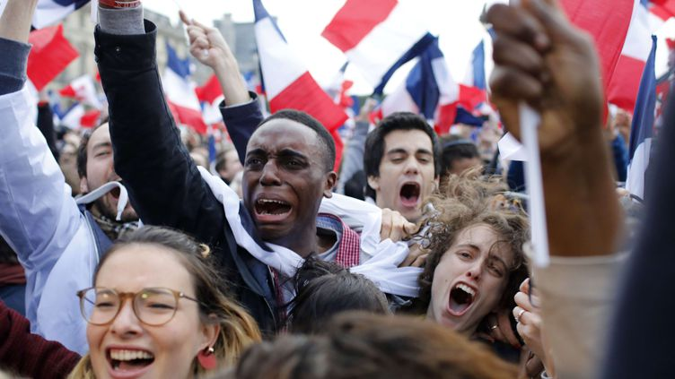 Des partisans d'Emmanuel Macron fêtent la victoire de leur candidat au second tour de l'élection présidentielle, le 7 mai 2017 à Paris. (LAURENT CIPRIANI / AP / SIPA)