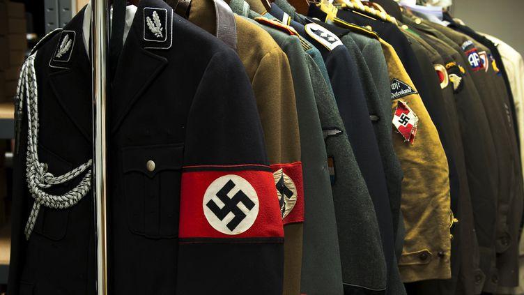 Des uniformes nazis avant une vente dans le Connecticut (Est des Etats-Unis), le 19 juillet 2011. (DON EMMERT / AFP)