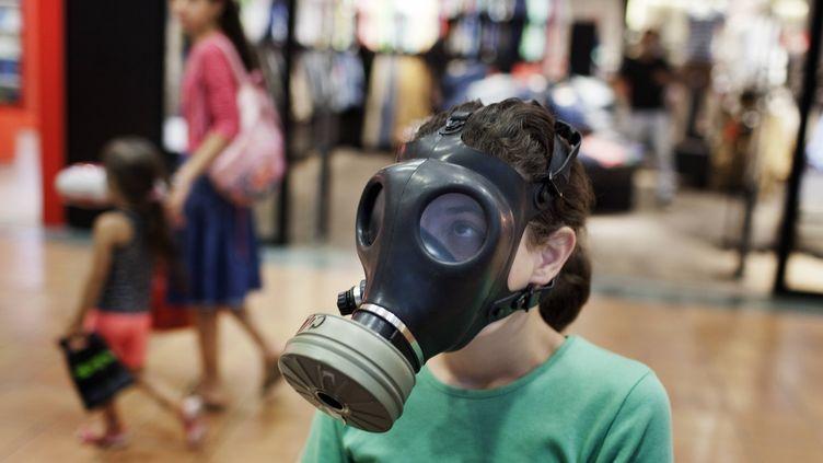 Les Israéliens prennentd'assaut les centres de distribution de masques à gaz, comme ici à Jérusalem, le 25 juillet 2012,dans la crainte d'une guerre avec l'Iran. (MENAHEM KAHANA / AFP)