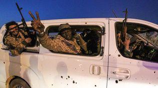 Depuis la mort de Kadhafi, d'énormes stocks d'armes sont tombés aux mains des différentes milices. Ici, des Libyens brandissent des mitrailleuses pour le sixième anniversaire de la révolution libyenne, à Benghazi, le 17 février 2017. (ABDULLAH DOMA / AFP)