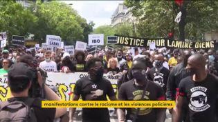 Une manifestation contre les violences policières à Paris (FRANCEINFO)