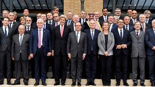 Les représentants de70 pays et organisations internationales réunis autour de François Hollande, le 15 janvier 2017 à Paris, à l'occasion d'une conférence sur la paix au Proche-Orient. (BERTRAND GUAY / AFP)